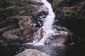 Figura 22- Um momento de laser desfrutando as delícias de um banho de cachoeira no interior da ilha.