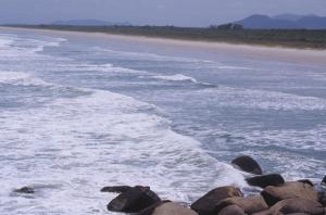 Figura 23- Face da ilha voltada para o mar aberto com uma praia extensa e paradisíaca.