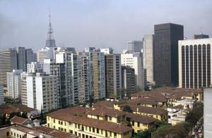 Figura 1- Vista aérea do complexo HUP na década de 1980. Ao fundo à esquerda a antena da TV Gazeta situada na Avenida Paulista 900.