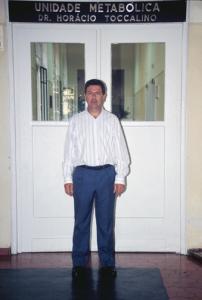 """Figura 4- Minha foto na entrada da Unidade Metabólica de Tratamento de Diarreia """"Dr. Horácio Toccalino"""" em meados de 1992."""