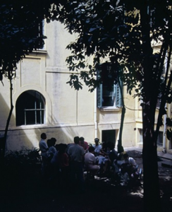 Figura 11- Foto das tradicionais reuniões com os residentes para discutir os casos dos pacientes internados no pátio central do Serviço de Pediatria, obtida de outro ângulo.