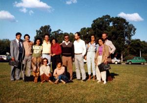 Figura 10- Nossos Pós-Graduandos no Congresso Latino-Americano em Buenos Aires, em 1984. Da esquerda para a direita, Mário Bustos (Bolívia), Fernando Fernandes (meu colega de turma), Nabia, eu, Silvia Jové (argentina), Francisco Penna e Paulo (professores da UFMG), Teresa Medrado e Hugo Costa Ribeiro (Salvador), Regina Molinari, e sentadas Tânia Viaro e Márcia Kallas.