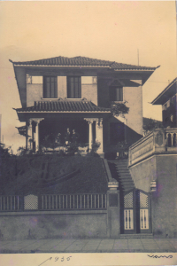 Figura 3- Foto da casa em 1935, meus avós estão na varanda.