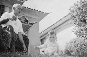 Figura 8: Meu avô Ulysses e eu com menos de 1 ano de idade no jardim da casa. Do lado direito vê-se a jabuticabeira florida.