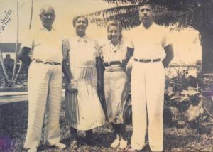 Figura 11: Meus avós com minha tia Yvonne e meu pai em Santos em 1940.