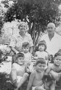 Figura 12: Meus avós com os netos Cláudio e Tânia sentados no banco e Ruy, eu e Américo sentados na grama, em Santos.