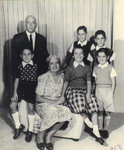 Figura 13: Meus avós com os netos alguns anos mais tarde, em 1953.