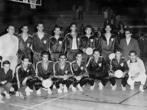 Figura 17: A seleção paulista juvenil que disputou o campeonato brasileiro em 1962, em Ribeirão Preto. Estou em pé com a bola na mão. Ficamos em terceiro lugar.