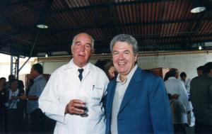 Figura 27: Professor Prates, nosso eterno grande amigo desde os anos 60, e eu quando fui eleito vice-reitor em 1999.