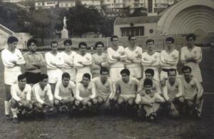 Figura 28: Equipe de futebol da EPM na minha primeira Pauli-Med (empate 2x2) em 1965, no estádio do Pacaembu. Ao fundo ainda pode ser vista a tradicional concha acústica que posteriormente foi demolida para a construção do tobogã. Estou agachado bem ao centro do grupo.