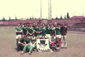 Figura 30: Equipe de futebol vencedora a da III Intermed. Estou em pé segurando o troféu.