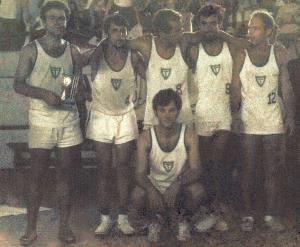 Figura 32: Equipe de vôlei vencedora da III Intermed. Estou com o troféu nas mãos.
