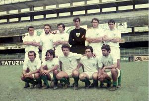 Figura 34: Time de futebol que disputou a Intermed de 1970 no estádio da Vila Belmiro, templo do futebol onde brilhava a equipe do Santos naquela época. Estou agachado no centro no grupo.