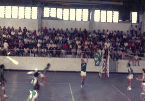 Figura 35: Um lance da final do vôlei da Intermed de 1970 entre nós e a USP. Estou na posição de levantador da bola.