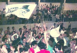 Figura 36: A grande festa da vitória da Intermed de 1970, minha despedida da EPM como esportista. Estou no centro do grupo erguendo o troféu da vitória.
