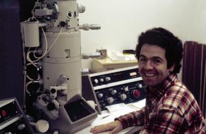 Figura 40- Eu e o microscópio eletrônico que me proporcionou muitos trabalhos em Nova York e depois aqui na EPM.