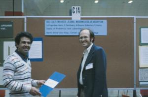 Figura 41- Saul Teichberg biologista celular que me ensinou as técnicas da microscopia eletrônica de transmissão e eu, ao apresentar nosso primeiro trabalho em um Congresso em Atlantic City.
