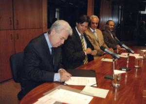 Figura 71: Momento da assinatura da posse oficial como reitor da UNIFESP.